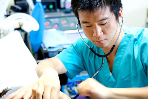 男子看護学生の苦労は現場に出ても続きます。